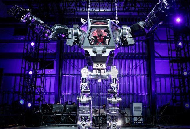 aHR0cDovL3d3dy5saXZlc2NpZW5jZS5jb20vaW1hZ2VzL2kvMDAwLzA5MC81Mzkvb3JpZ2luYWwvamVmZi1iZXpvcy1tZWNoLXJvYm90LmpwZWc 660x450 - Watch Amazon CEO Jeff Bezos Control a Giant Mech Robot