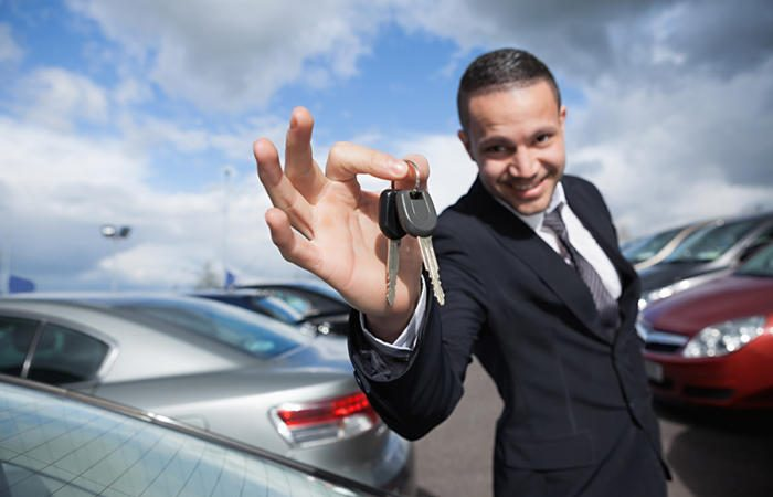 car salesman auto dealer keys 100722520 large 700x450 - Why technology will never (fully) replace salespeople